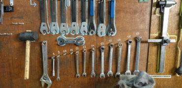 Des outils rangés sur un établi